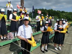 三塁側、深浦の応援席で声援を送る生徒たちと教頭先生